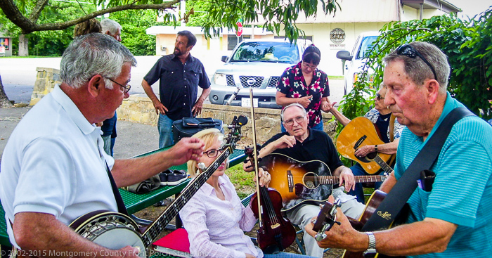 There was a great jam among several musicians prior to the Mountain Spring performance